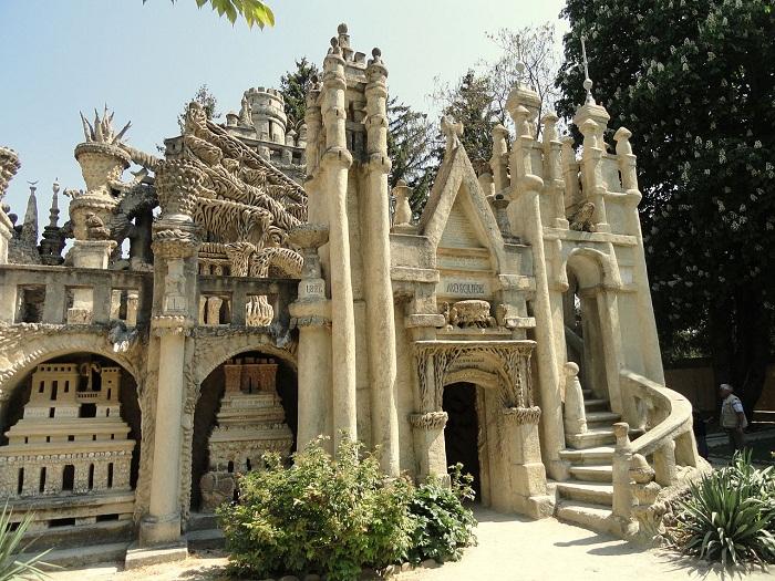 Во дворце созданы индуистские и христианские храмы, а также мечеть.