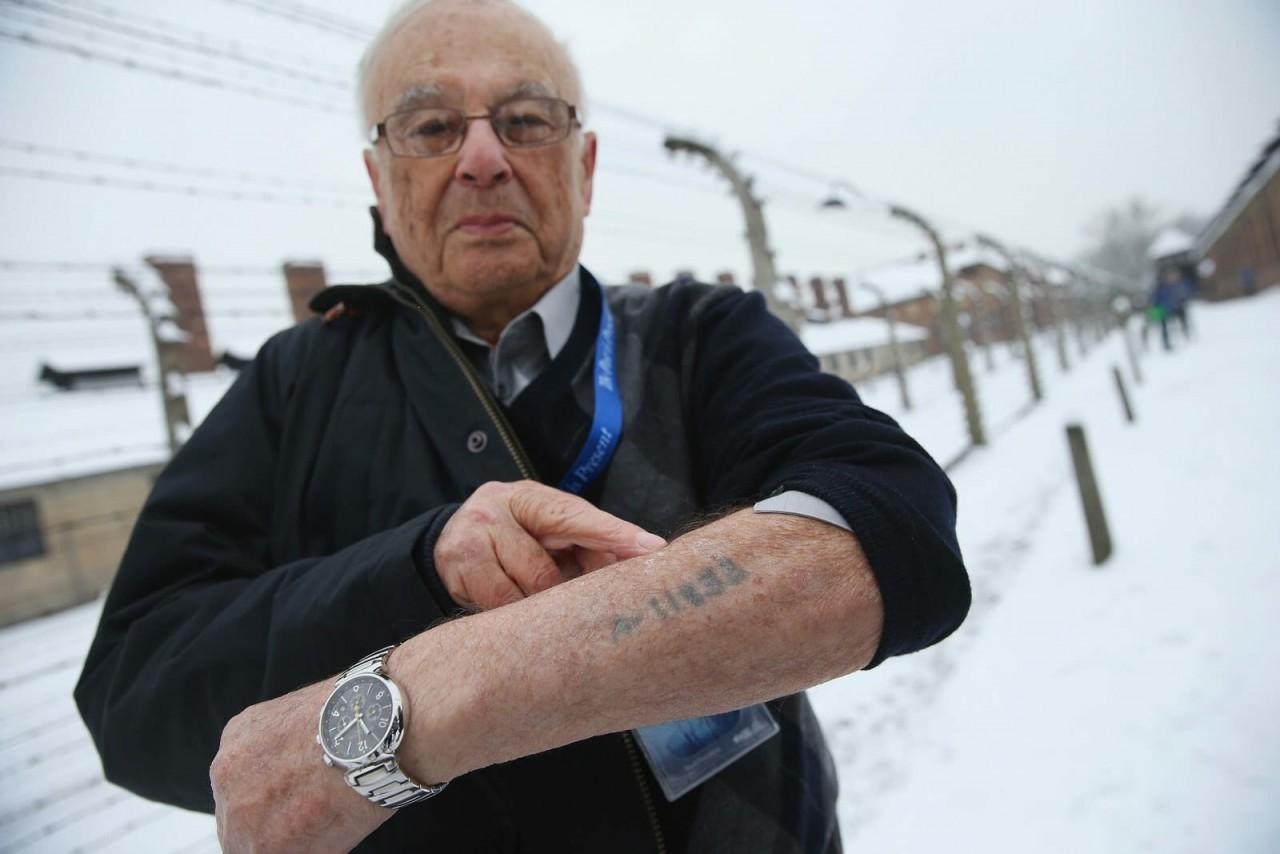 Бывшие узники Аушвица спустя годы нашли в себе силы вернуться туда и сделать фотографии в память о трагедии аушвиц, вторая мировая война, день памяти, конц.лагерь, концентрационный лагерь, освенцим, узники, холокост