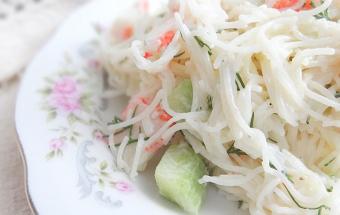 Крабовый салат с рисовой лапшой