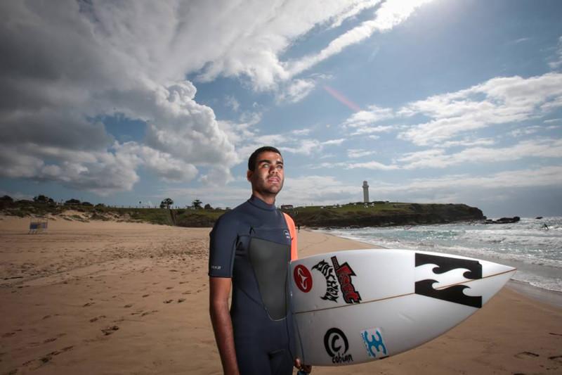 Слепой серфер покорил самую опасную волну в мире, «слушая океан»