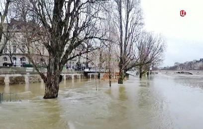 В Париже готовятся к пику наводнения