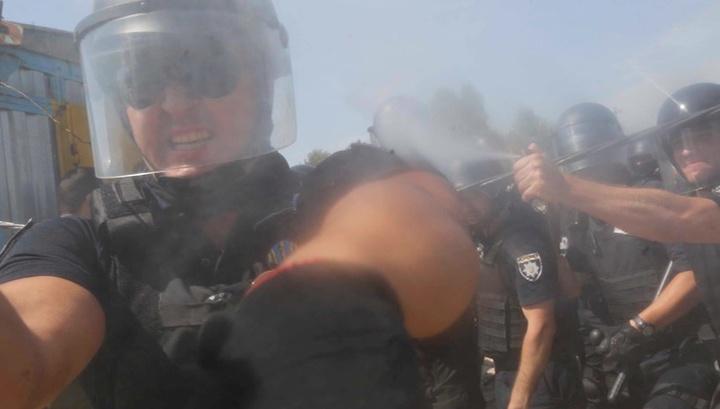 Киевский полицейский распылил газ в лицо журналиста