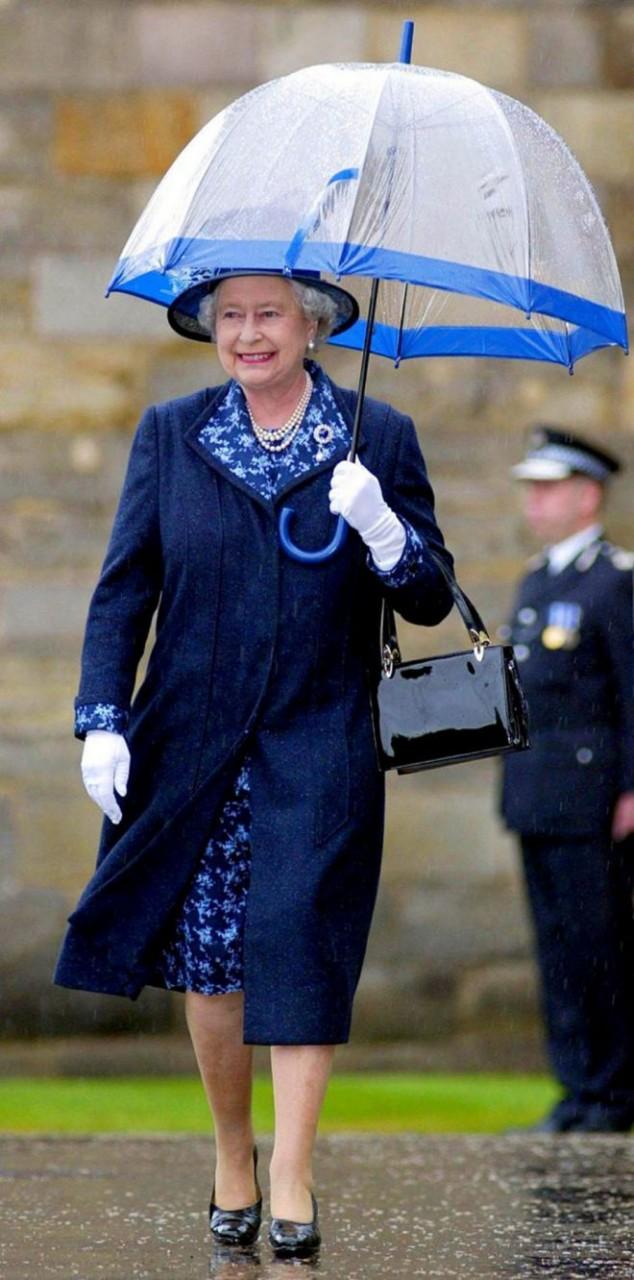 Зонты Елизаветы II всегда совпадают с тоном ее наряда новые фото