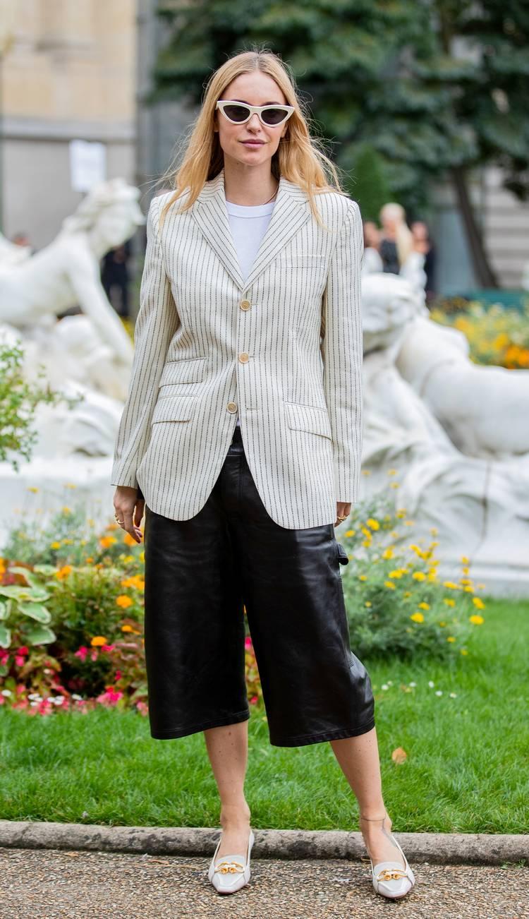 Девушка в укороченных брюках, белый блейзер в полоску и туфли