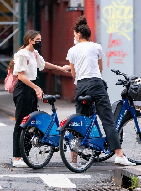 Кэти Холмс устроила велосипедную прогулку по Нью-Йорку со своей дочкой Сури и бойфрендом Эмилио Витоло Звезды,Звездные пары