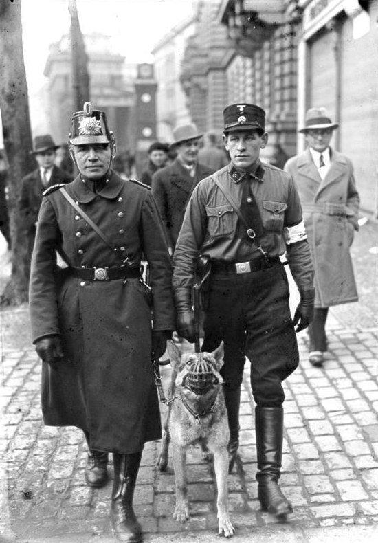 """22. Кадровый полицейский (слева) и """"вспомогательный"""" при патрулировании улиц Берлина, 1933 век, мир, прошлое, снимок, событие, странность, фотография"""