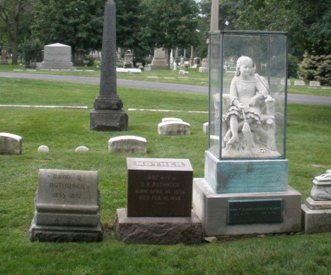 Могила Инес Кларк на которой установлен памятник нагоняющий жутьтоску