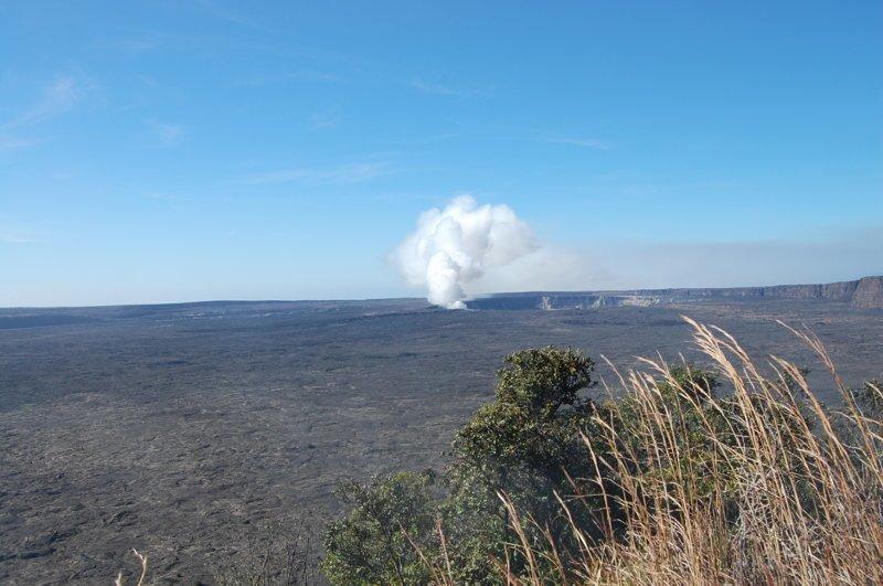 Из него постоянно выходит столб дыма америка, вулканы, гавайи, пейзажи, природа, путешествия