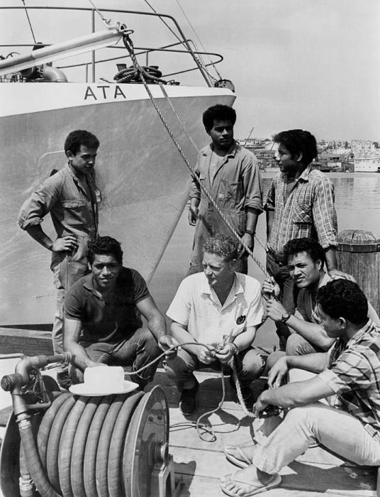 Подростки с необитаемого острова через два года после спасения вместе со своим спасителем и капитаном.