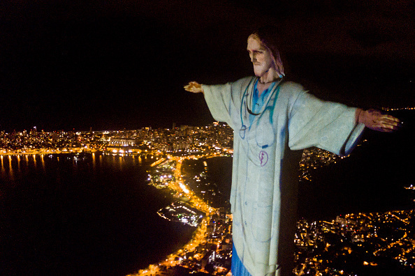 Бразилия подсветила статую Христа в честь работников здравоохранения Путешествия,фото