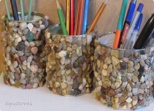 Оригинальные стаканы для карандашей, ручек и всякой мелочи из консервных банок можно сделать наклеивая на них разноцветные камешки. Приклеивать камни можно обычным клеем ПВА. фото 2