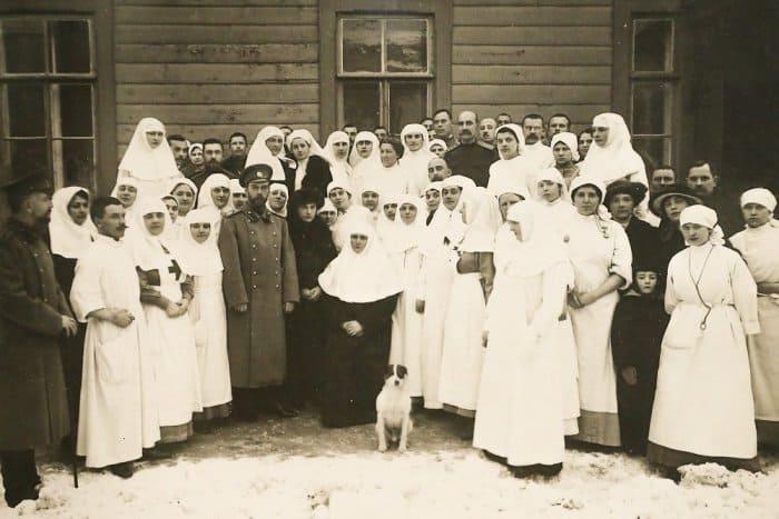 Александра Федоровна (в центре) и Николай II с сестрами милосердия | Фото: rg.ru