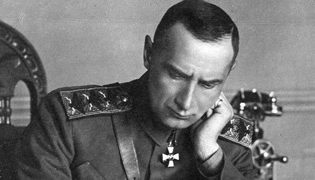 Адмирал Колчак, расстрелянный большевиками, так и не был реабилитирован. Но о нем снимают фильмы, ему поставлен памятник. Почему?