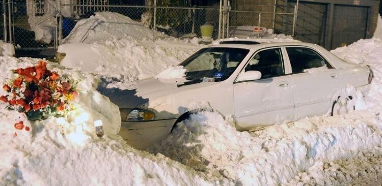 Мама и двое детей умерли в машине, пока отец чистил снег