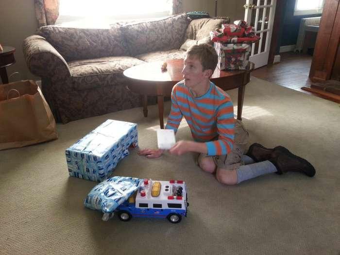 Девушка годами покупает одну и ту же игрушку брату с умственным расстройством