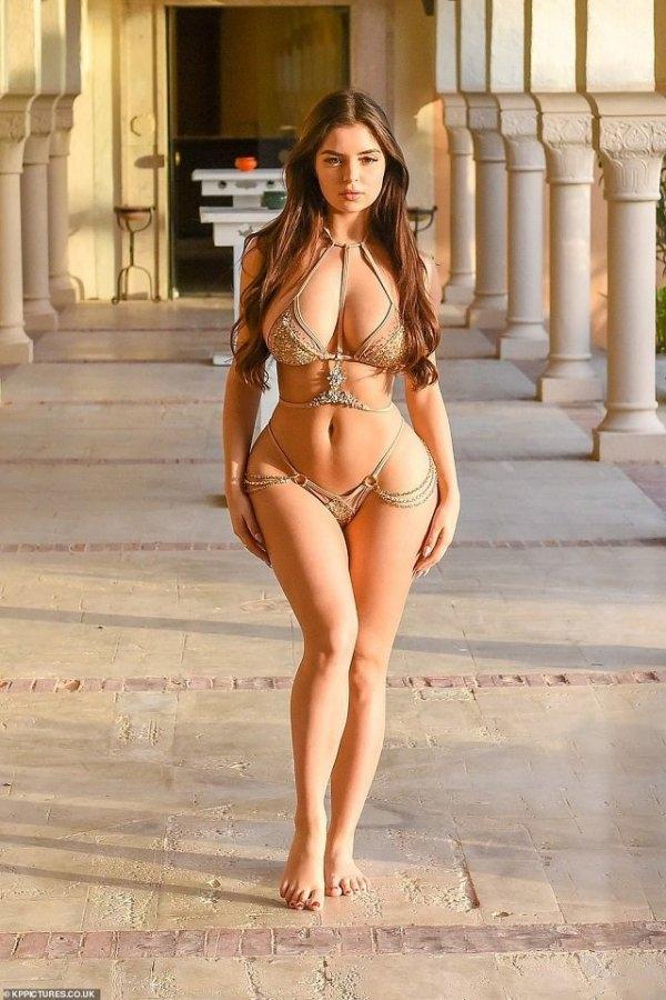 Новая фотосессия модели Деми Роуз