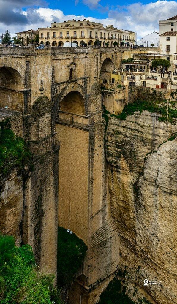 Пуэнте-Нуэво — мост XVIII века высотой 98 м через реку Гуадалевин в городе Ронде в андалусской провинции Малага. Одна из главных туристических достопримечательностей города горы, интересное, красота, скалы, стройка, царь природы