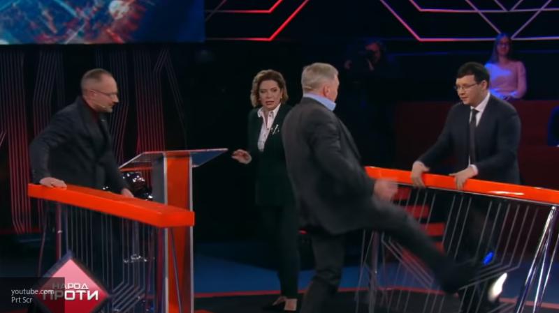 Замминистра Украины ногой пытался пнуть в прямом эфире депутата Верховной Рады