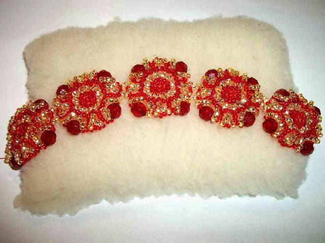 Красивый красный браслет