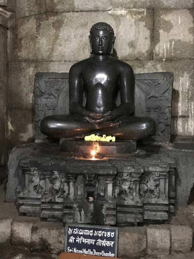 Статуя человека в позе лотос