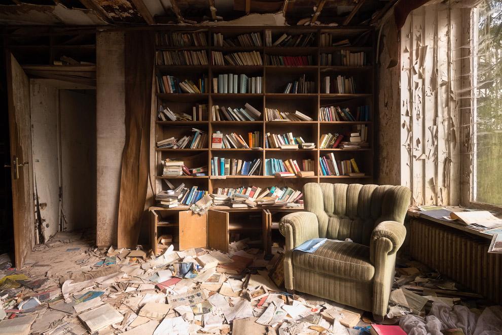 Книжный шкаф в немецком заброшенном доме