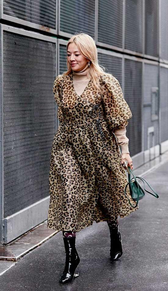 Девушка в легком платье оверсайз с леопардовым принтом и лакированные ботильоны