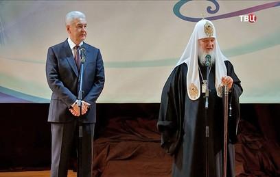 В День православной книги Собянин и патриарх Кирилл вручили детям подарки