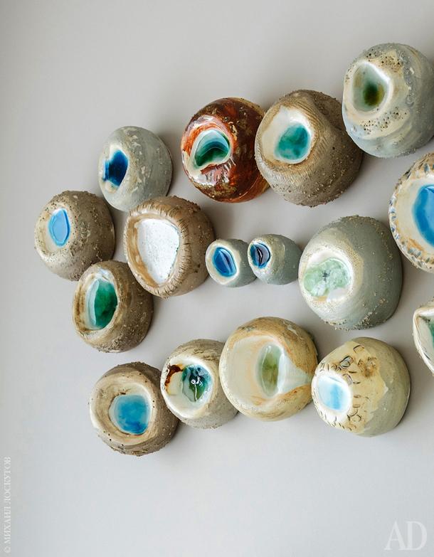 """Керамическое панно """"Галька"""" работы Елены Скворцовой, в котором собраны все цвета, использованные в этом интерьере."""