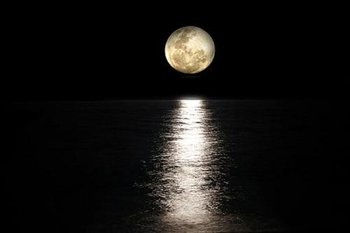 Уфолог заснял на видео 37 НЛО около Луны