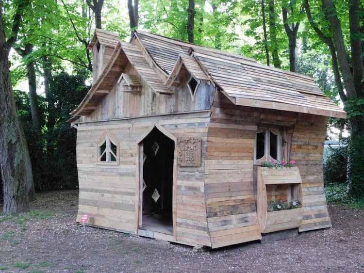 Мужчина превратил десятки деревянных поддонов в сказочный домик