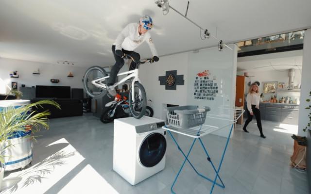 Профессиональный велосипедист Фабио Вибмер на самоизоляции превратил дом в трек велосипеды,удивительное