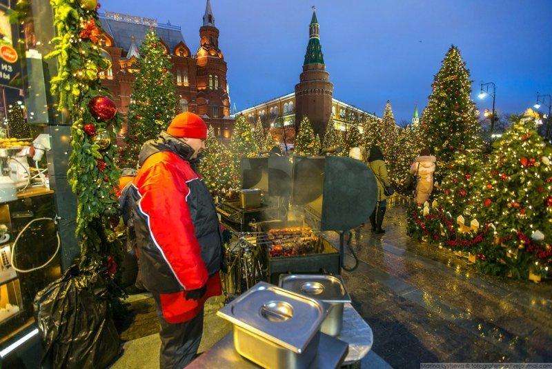 Тут же жарят шалык, каштаны и продают горячие напитки. красиво, красота, москва, новый год, праздник, рождество, столица, фотография