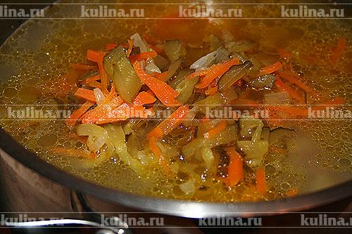 Выложить поджарку в суп, когда перловка и картофель будут готовы.
