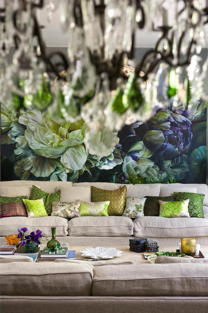 Большие цветы на картине украшают интерьер гостиной дома в Австралии фото