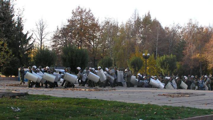 Протестующие в Бишкеке протаранили ворота грузовиком и захватили пустой парламент геополитика