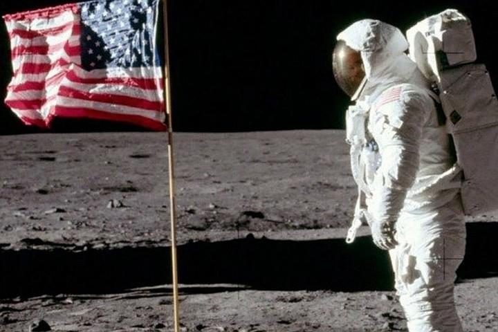 Россияне отрицают, что американцы были на Луне, зато верят в инопланетян
