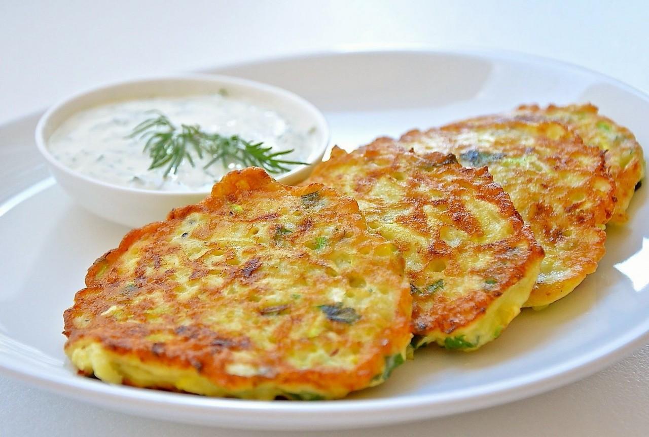 Вкуснейшие кабачковые оладьи с сыром и чесноком.