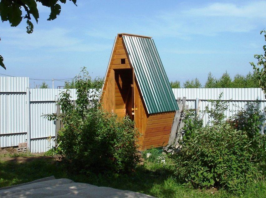 Туалет из дерева с крышей из профилированных листов