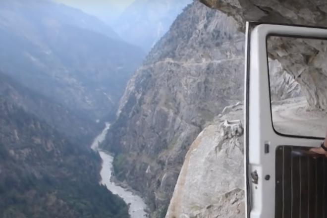 Поездка по самой экстремальной дороге в мире на видео