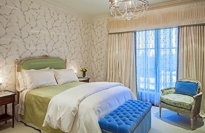 Спальня в зеленых, бежевых и синих цветах, с интересными шторами.