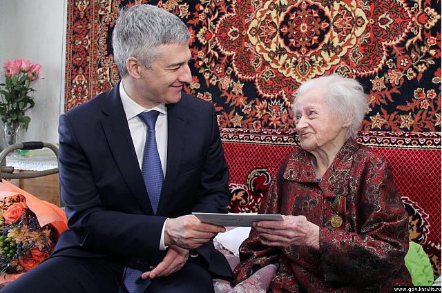 Глава Республики Карелия поздравил петрозаводчанку со столетним юбилеем