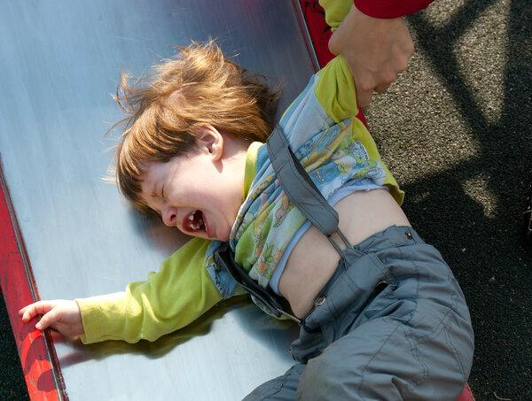 Что делаете, когда ребенок истерит в общественном месте?