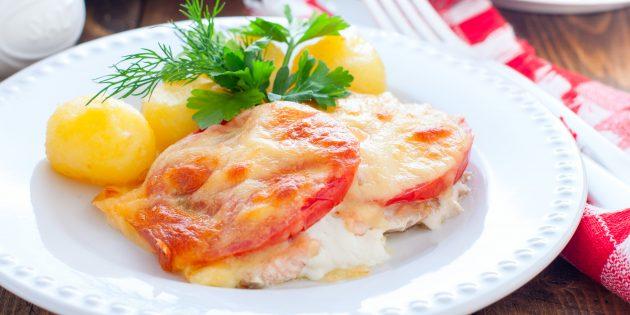 Горбуша в духовке с помидорами и сыром: простой рецепт