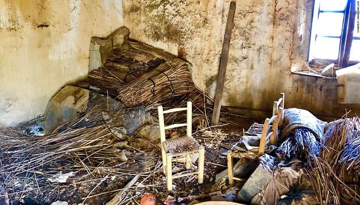 Внутри дома засыпаны мусором и тоже разрушаются.