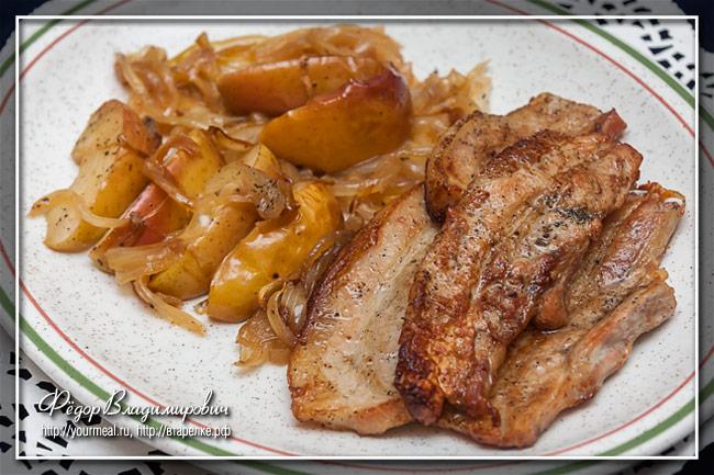 Запеченная свинина с луком и яблоками