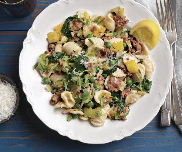 Итальянская страсть: Ореккьетте с луком-пореем, шпинатом, острыми итальянскими колбасками и горохом