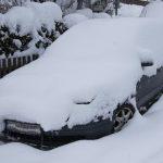 Нужно ли убирать снег с крыши авто? Отвечают эксперты