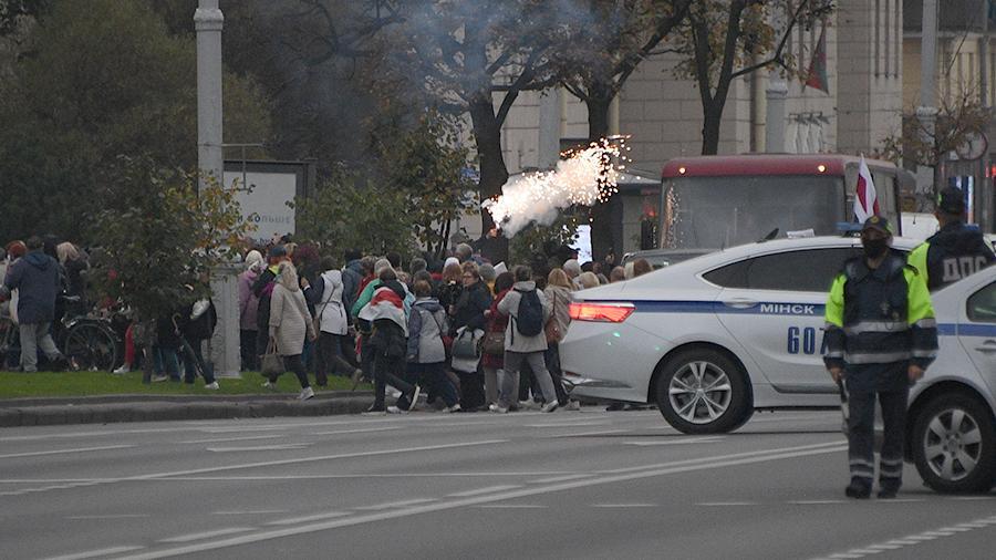 Протестующие в Минске начали жечь покрышки и блокировать дороги Политика