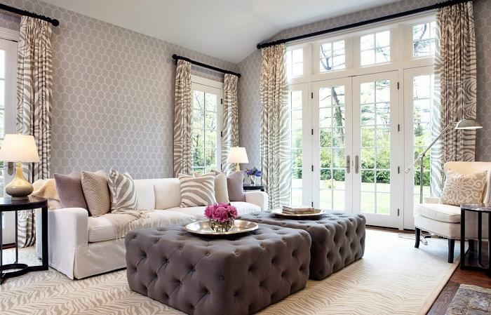 Кофейно-кремовая комната с полосатыми шторами, которые гармонично списались в общий интерьер комнаты.