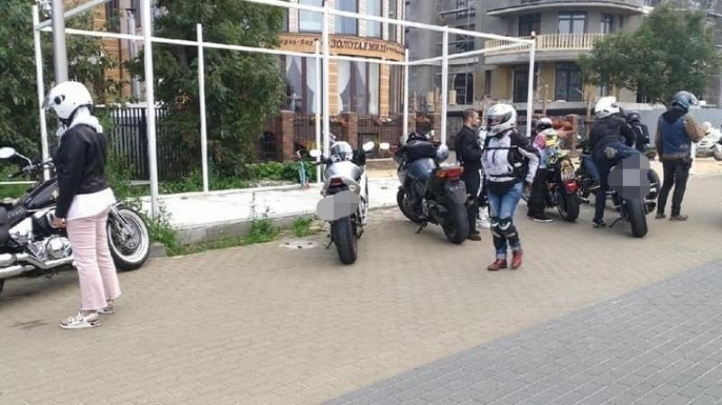 Три десятка байкеров припарковались в пешеходной зоне на калининградском курорте Общество